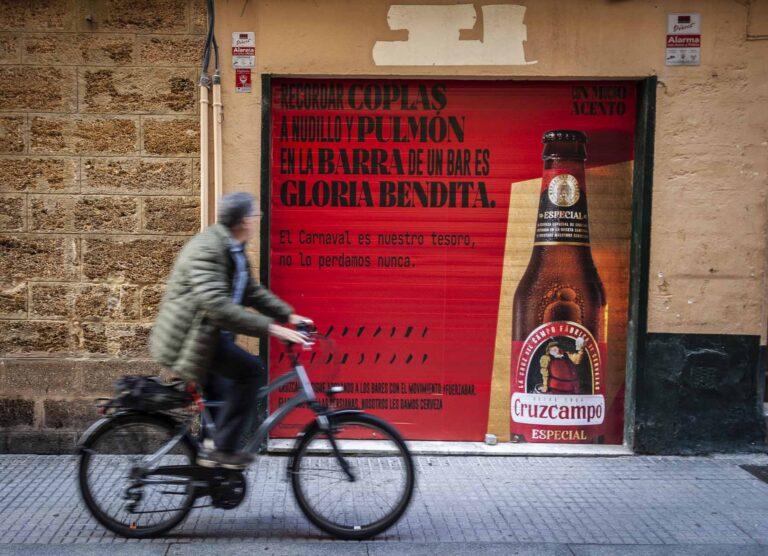 16 bares de Cádiz muestran en sus persianas Cruzcampo con mucho acento